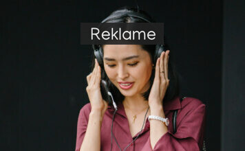 Kvinde med høretelefoner på